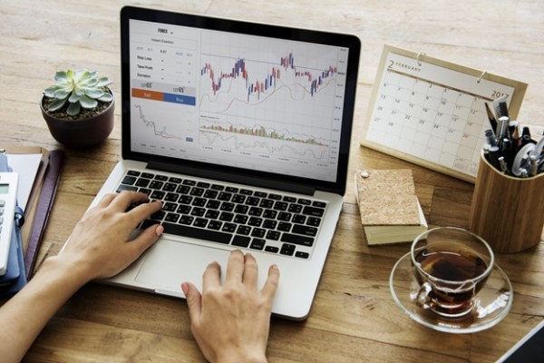 STOCK INVESTMENTS: SHOULD YOU ACTIVELY TRADE OR BUY & WAIT?